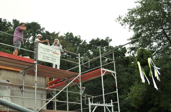In luftiger Höhe: Richtfest für Wohnhaus Klosterwisch